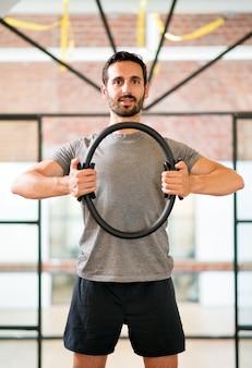 Homem que treina com círculo mágico no ginásio