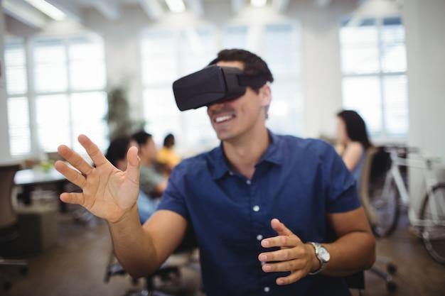 Homem que usa o fone de ouvido da realidade virtual