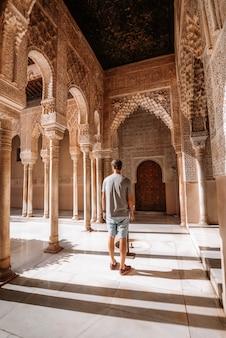 Homem que visita o alhambra em granada