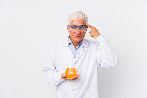 Homem químico maduro isolado mostrando um gesto de decepção com o dedo indicador.