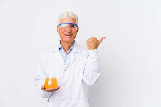 Homem químico maduro isolado sorrindo e levantando o polegar