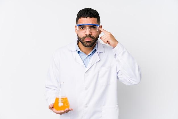 Homem químico novo de ian que mostra um gesto da decepção com dedo indicador.
