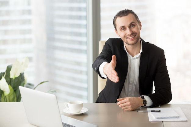 Homem recebe parceiros de negócios em negociações