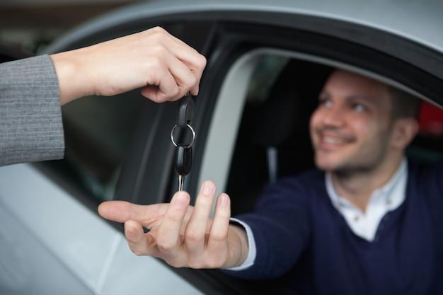 Homem, recebendo, chaves carro, enquanto, sentando, em, seu, car