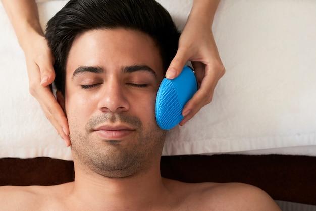 Homem recebendo massagem de rosto
