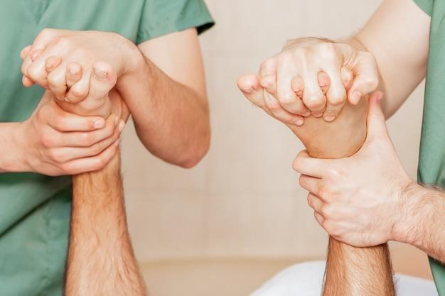 Homem recebendo massagem nos dedos do pé