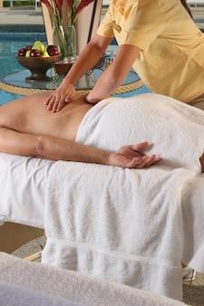 Homem recebendo massagem relaxante