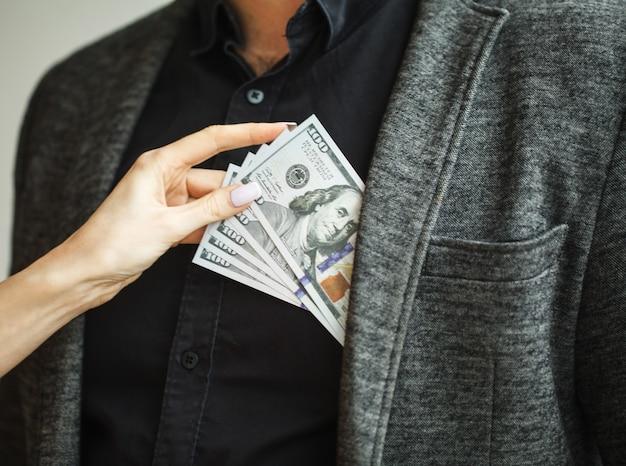 Homem recebendo suborno e mantendo-o em sua jaqueta