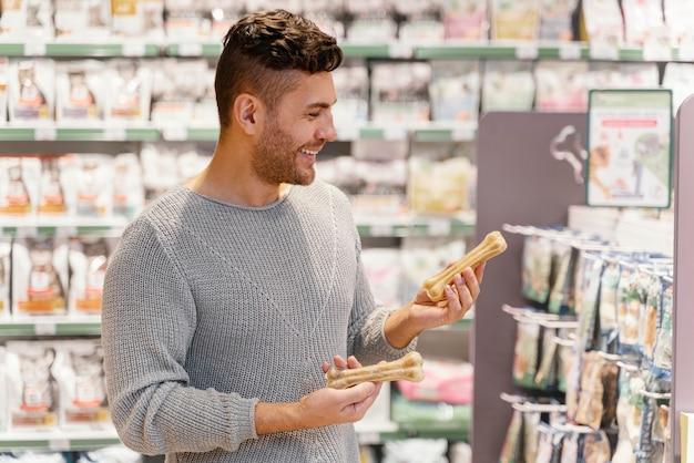 Homem recebendo um osso para seu cachorro
