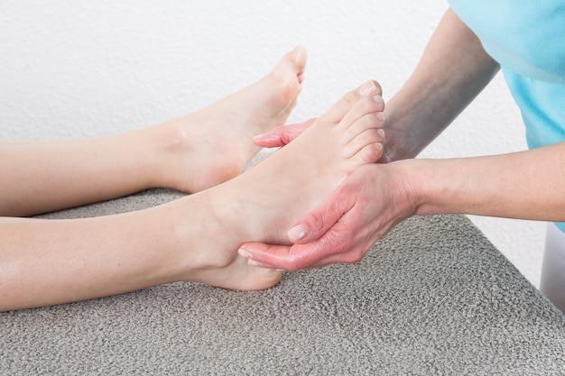 Homem recebendo uma massagem nos pés
