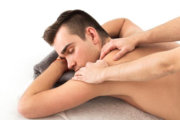 Homem recebendo uma massagem