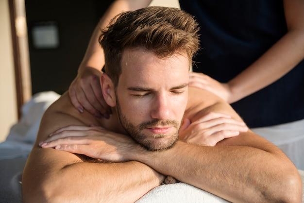 Homem recebendo uma mensagem em um spa