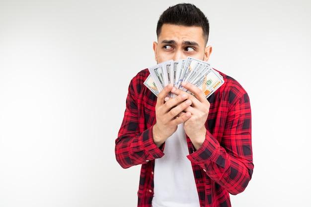 Homem recebeu um prêmio em dinheiro em um fundo branco, com espaço de cópia