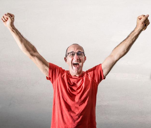 Homem regozijando-se por uma grande alegria