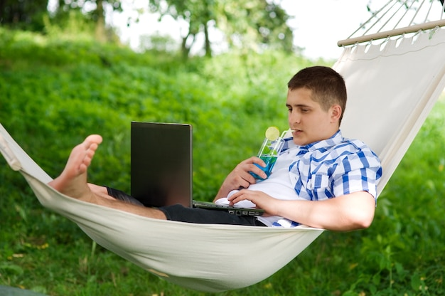 Homem relaxando em uma rede