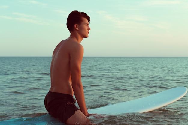 Homem relaxante depois de surfar