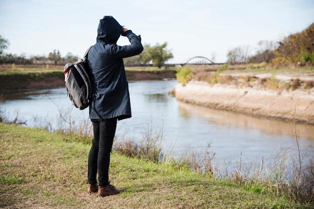 Homem, relaxante, em, a, rio, costa