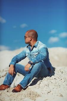 Homem relaxante na praia