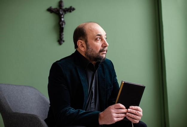 Homem religioso segurando um livro sagrado