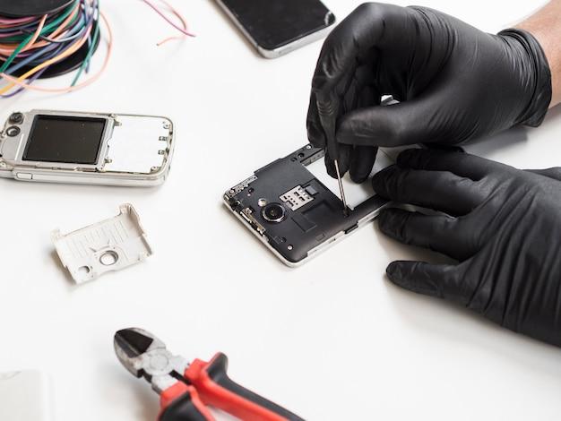 Homem, removendo, cobertura telefone, para, reparar