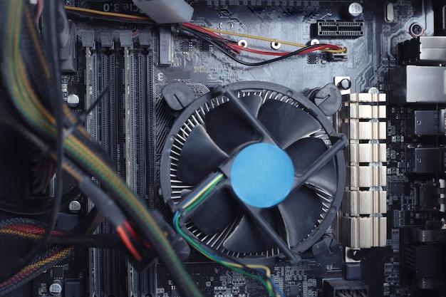 Homem repara o refrigerador do computador.