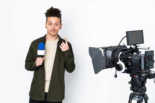 Homem repórter segurando um microfone e relatando notícias apontando com o dedo indicador uma ótima ideia