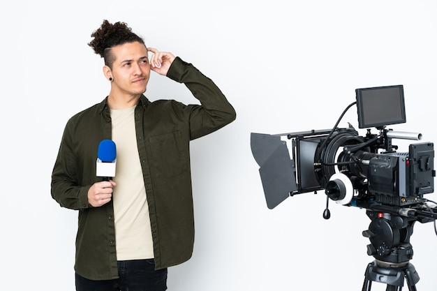 Homem repórter segurando um microfone e relatando notícias com dúvidas e expressão facial confusa