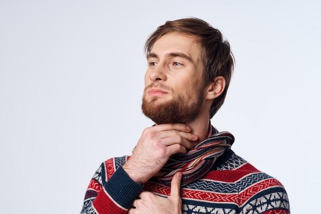 Homem resfriado garganta inflamada, problemas de saúde, sintomas de gripe fundo isolado