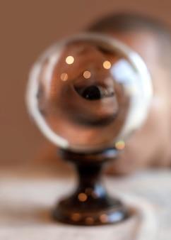 Homem retrato com globo