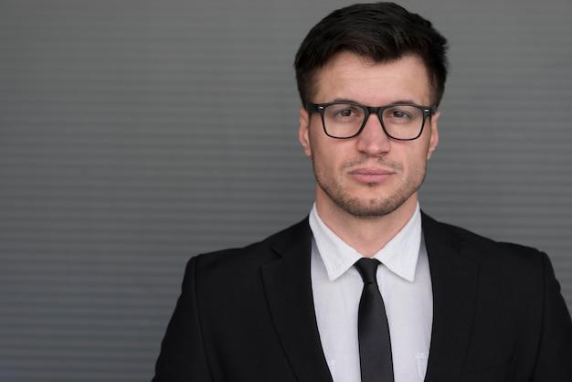 Homem retrato com óculos