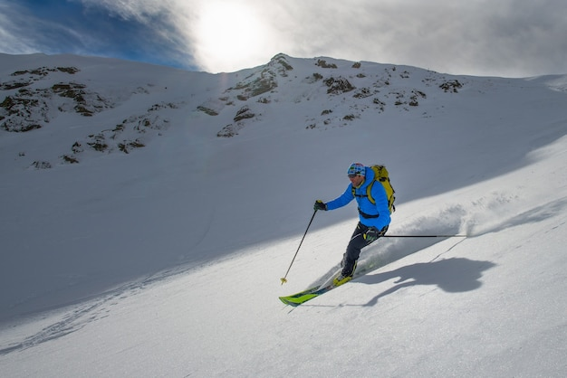 Homem retrato esquiando