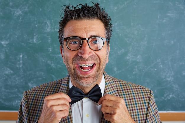 Homem retro bobo de nerd com expressão engraçada de chaves