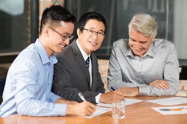 Homem reunião de negócio asiática positiva