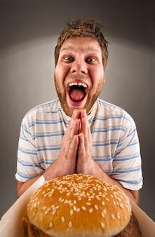 Homem rezando por comida rápida