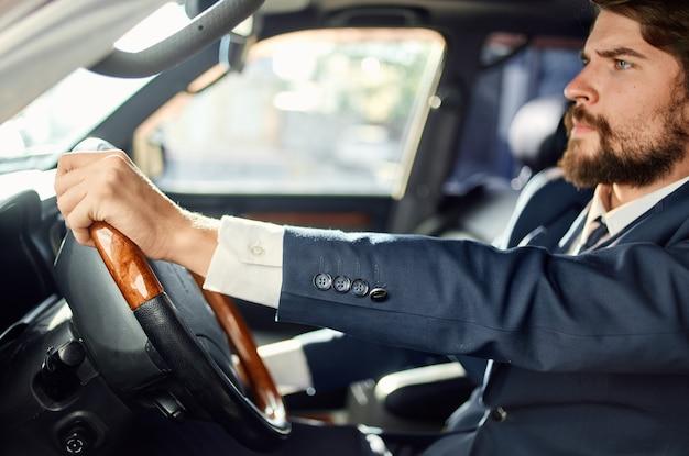 Homem rico de terno dirigindo carro, viagem, estrada, sucesso, estilo de vida