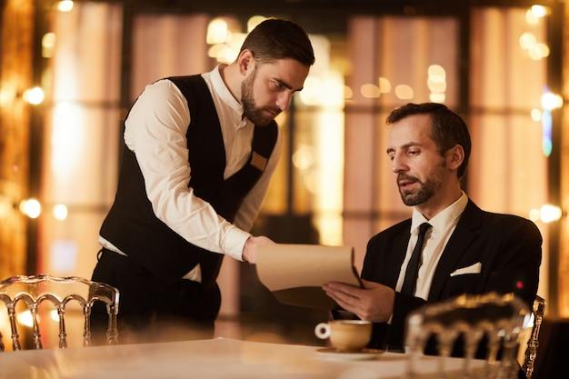 Homem rico, pedir comida no restaurante