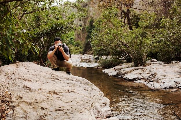 Homem, rocha, rio