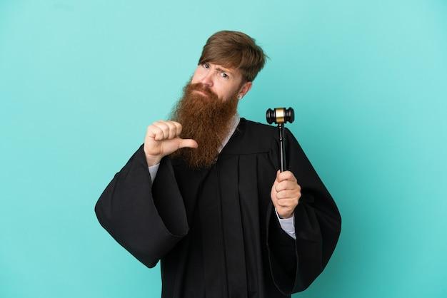 Homem ruivo, branco, juiz, isolado em um fundo azul, orgulhoso e satisfeito