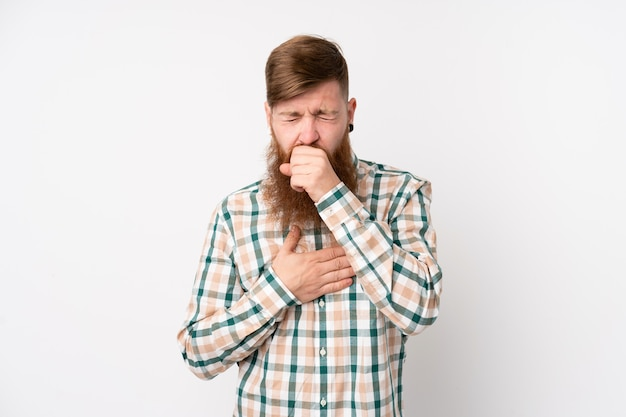 Homem ruivo com barba longa sobre parede branca isolada está sofrendo de tosse e se sentindo mal