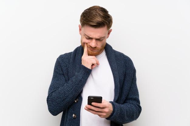 Homem ruivo com mobile