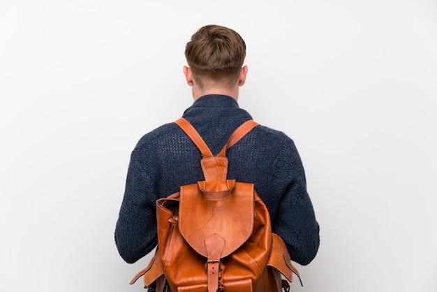 Homem ruivo com mochila