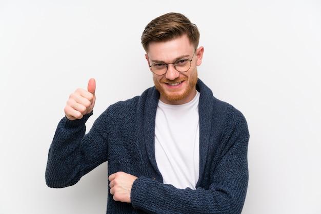 Homem ruivo com óculos