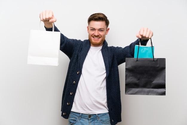 Homem ruivo com sacola de compras