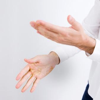 Homem, sacudindo, faíscas, de, mãos