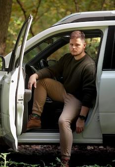 Homem sai de viagem de carro com portas abertas