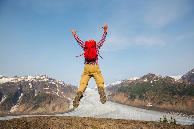 Homem saltando em montanhas vulcânicas, bromo, indonésia