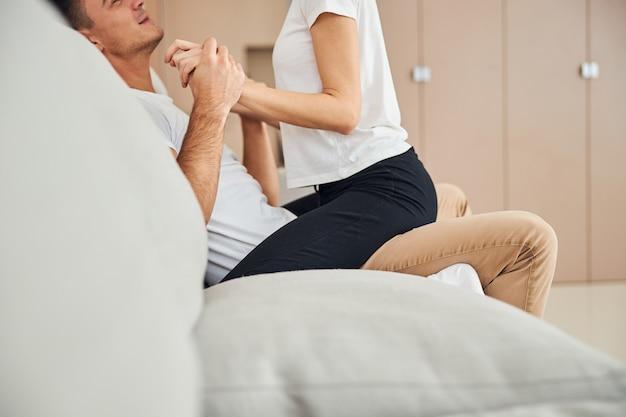 Homem satisfeito aproveitando o momento de intimidade com sua esposa