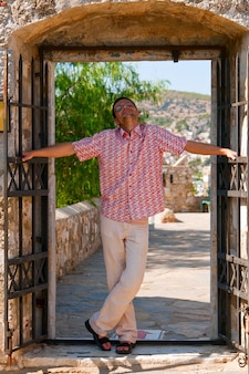Homem satisfeito na porta