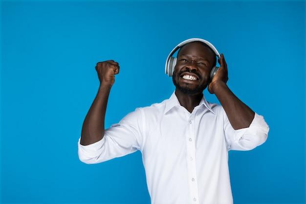 Homem satisfeito ouve música nos fones de ouvido