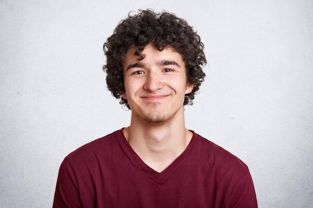 Homem satisfeito positivo com cabelo encaracolado